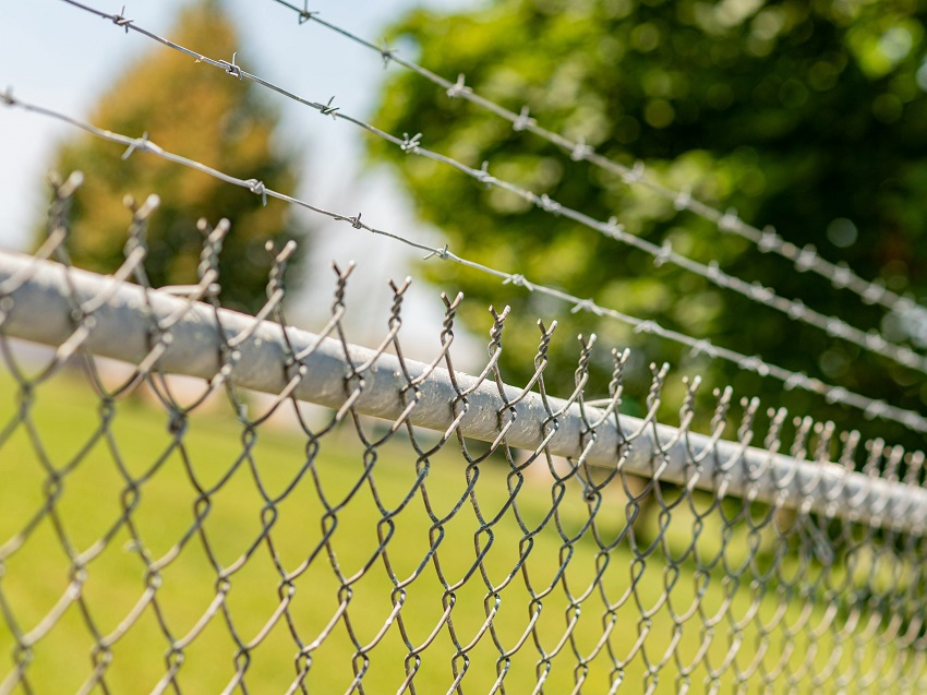 barbed-wire-fence-installation